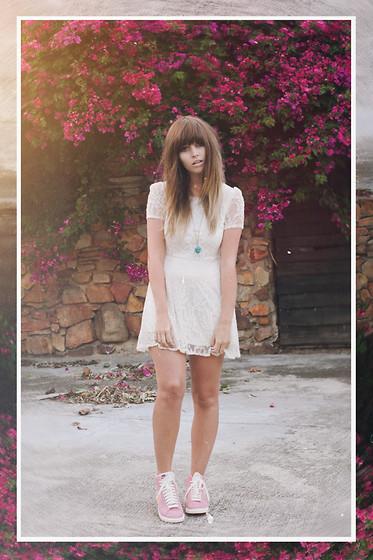 Dresses+ sneaker 4